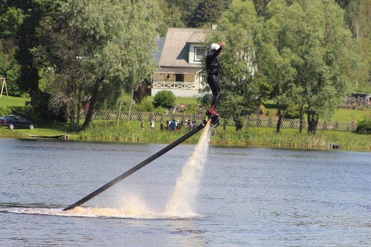 Flyboardiga korgel